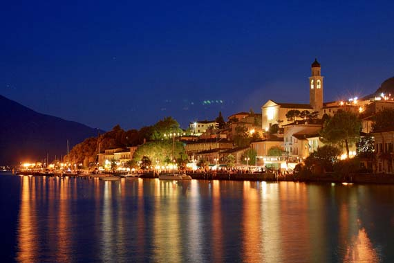 Lake Garda - Harbour of Limone at night. Foto: Michael Bertulat/flickr.com