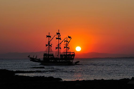 Disco ship in sunset at Side, Turkey. Foto: Martin Nikolaj/Flickr