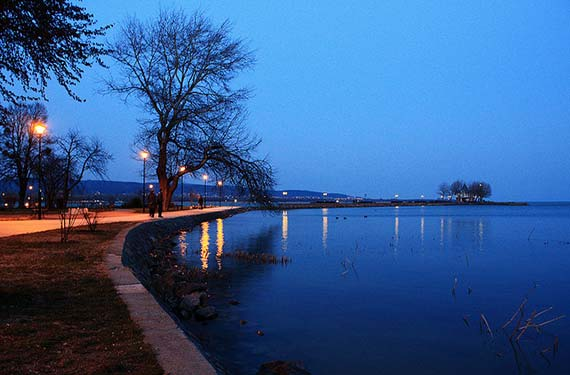 Night falling on Balaton Lake. Foto: Xavier Tredjeu/flickr